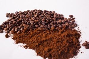 コーヒー豆とインスタントコーヒーの粉末