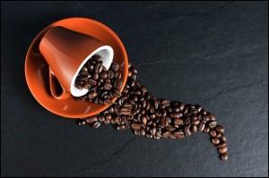 コーヒーカップと珈琲豆